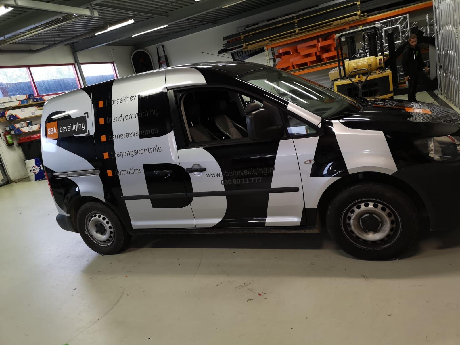 Auto belettering voor diverse bedrijfsauto's van SBA Beveiligingen